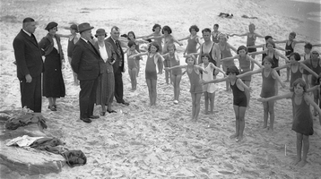 Kinder beim Schwimmunterricht, 1935. Copyright Aust. National Gallery
